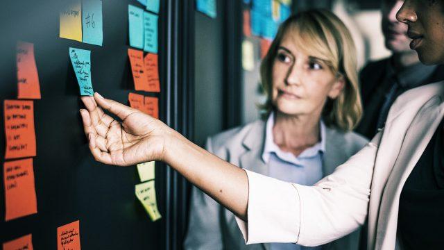企業はクラウドファンディングを活用することで、何を検証するべきか?