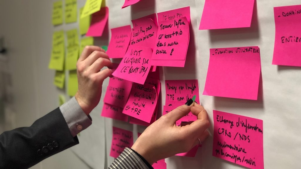 デザイン思考におけるブレインストーミングテクニック「How might we~?」とは?